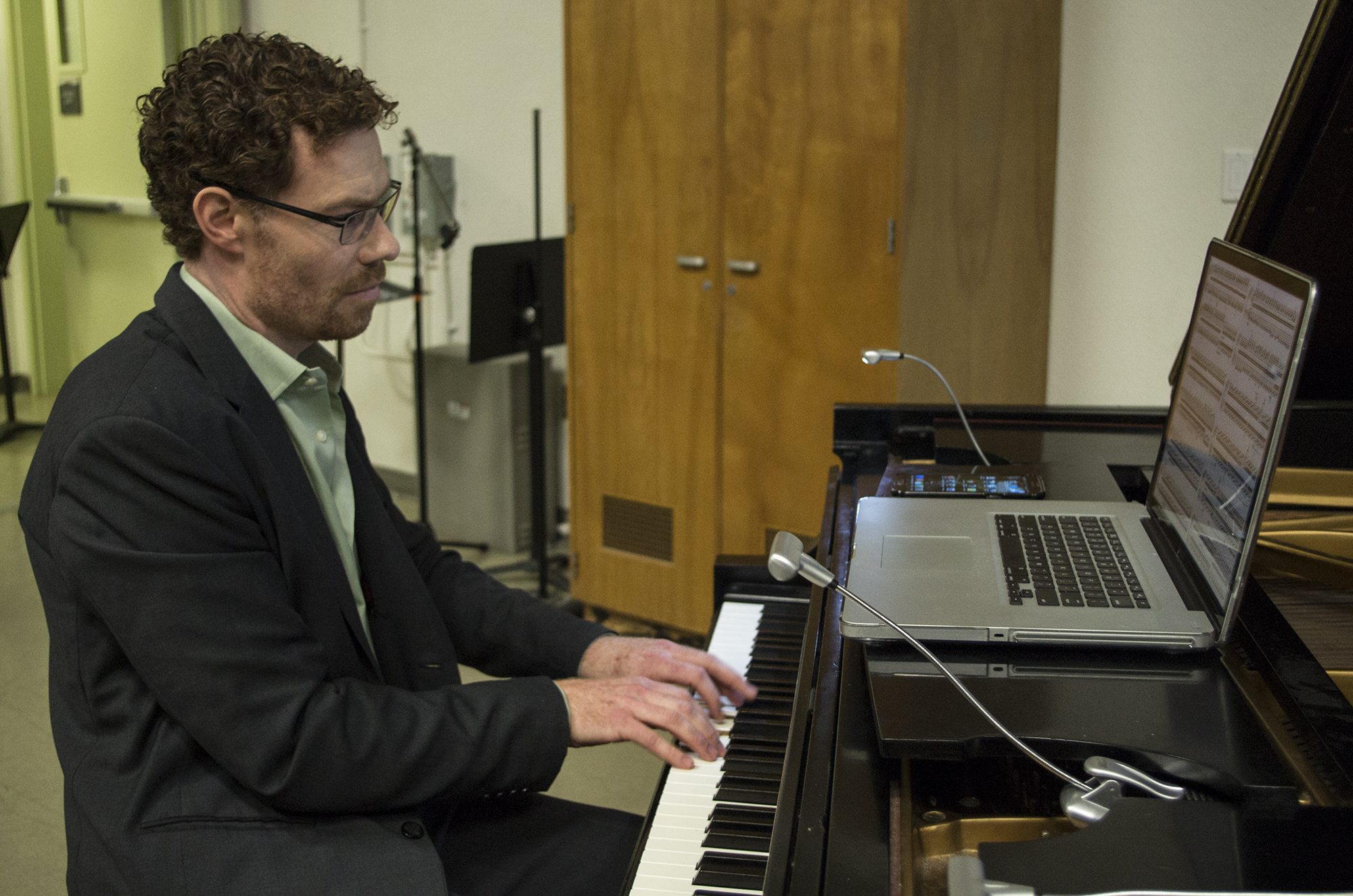 Students listen to pianist's trance music at weekly concert